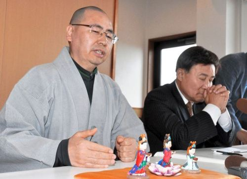 Wonu, a South Korean monk, speaks at a news conference in Tsushima, Nagasaki Prefecture, on March 14 in front of the miniature figures he had intended to give the Kannonji temple. (Tatsuro Kawai)