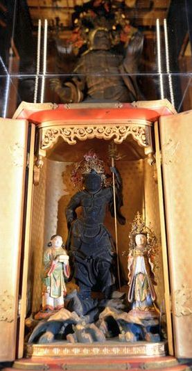 The three Buddhist statues in the foreground were hidden inside the larger Bishamonten standing statue at Bishamon-do Shourinji temple in Kyoto. (Noboru Tomura)