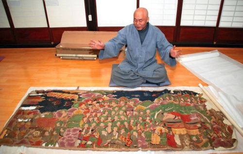 "Buddhist monk Jong Geol discusses a Korean Buddhist painting he purchased through a Japanese website at Dongguksa temple in Gunsan, South Korea. An expert's assessment determined it is a valuable ""cultural asset-class"" Buddhist painting. (Akira Nakano)"