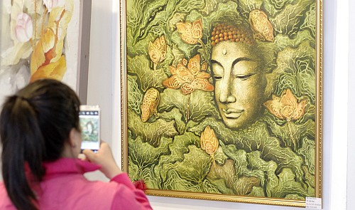 A local visitor at the exhibition. ~Thoai Tran