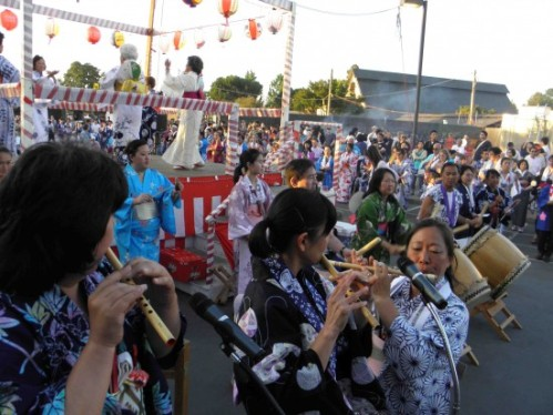 Dancers, taiko drummers and flute players at the Mountain View Buddhist Temple Obon Festival. (J.K. YAMAMOTO/Rafu Shimpo)