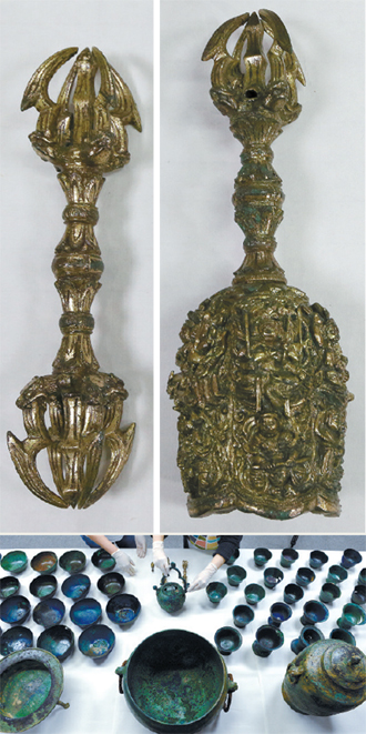 A gilded bronze vajra (top left) and a bell (top right) used in Buddhist rituals and presumed to be from the 12th century were found in a Confucian academy site in Dobong District, northern Seoul, the Cultural Heritage Administration said yesterday. A total of 77 artifacts were found. [NEWS1],[NEWSIS]
