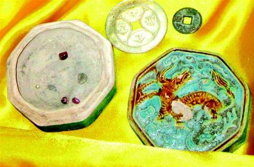 Archaeologists have discovered five precious sariras, believed to be collected from the cremated ashes of Buddhist masters, at an ancient tomb in central China's Hubei Province.