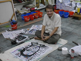 Tan Swie Hian in his studio in Singapore with a portrait of Pan Cheng Lui, a newspaper editor. Credit Yap Su-Yin