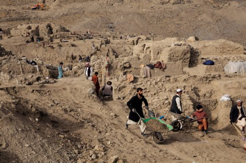 Villagers have been hired to help archaeologists with the excavation. © Simon Norfolk/National Geographic