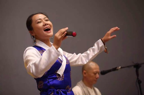 Dekyisto, the girl Liang met in Tibet, sings for foreign dignitaries at the Milan Expo in October 2015. (Photo courtesy of Liang Xu)