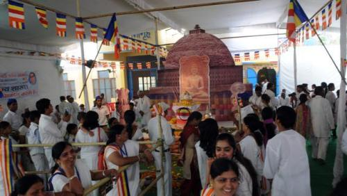 People throng to see the Buddha relics in Bhopal. (HT file)
