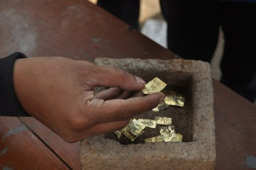 Lucky find: Ancient gold plates are found in a stone box in Ringinlarik village in Musuk district, Boyolali, on Sept. 7.(JP/Ganug Nugroho Adi)